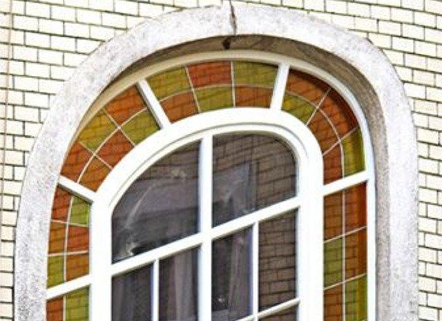 Zabytkowe okno w kamienicy