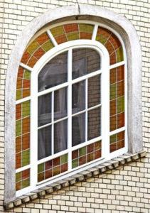 nietypowe okno z witrażem